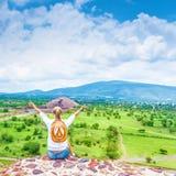 Muchacha del viajero en el top de montañas Imágenes de archivo libres de regalías