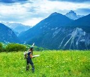 Muchacha del viajero en las montañas Fotos de archivo