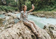 Muchacha del viajero que hace el selfie Imagen de archivo libre de regalías