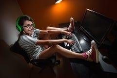 Muchacha del videojugador que juega con el ordenador Foto de archivo