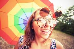 Muchacha del vintage con el paraguas del arco iris Imagen de archivo