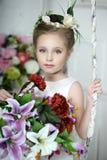 Muchacha del vintage con las flores Fotos de archivo libres de regalías