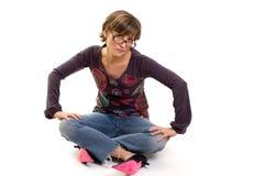 Muchacha del yupi que se sienta en el suelo Fotografía de archivo