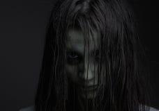 Muchacha del zombi con la expresión del horror Fotos de archivo libres de regalías