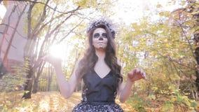 Muchacha del zombi con maquillaje de la máscara almacen de metraje de vídeo