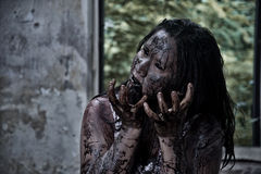 Muchacha del zombi en casa encantada Fotografía de archivo