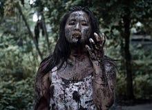 Muchacha del zombi en casa encantada Imagen de archivo