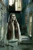Muchacha del zombi en el edificio abandonado Foto de archivo