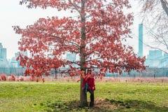 Muchacha delante de árboles en el Central Park en ci de Manhattan, Nueva York Fotografía de archivo libre de regalías