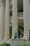 Muchacha delante de columnas foto de archivo
