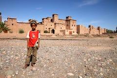 Muchacha delante de Kasbah en Skoura Imagen de archivo