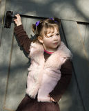 Muchacha delante de la puerta Imagenes de archivo