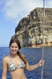 Muchacha delante de la roca masiva fotografía de archivo