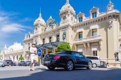 Muchacha delante de Monte Carlo Casino foto de archivo libre de regalías