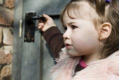 Muchacha delante de una puerta Imágenes de archivo libres de regalías