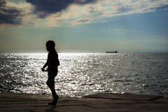 Muchacha delante del mar Foto de archivo libre de regalías