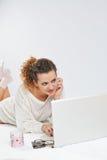 Muchacha delante del ordenador portátil Foto de archivo