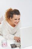 Muchacha delante del ordenador portátil imagen de archivo