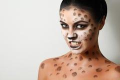 Muchacha delgada Arte de la cara Arte de cuerpo hairstyle Pelo negro Gato salvaje gruñido gruñido Fotografía de archivo libre de regalías