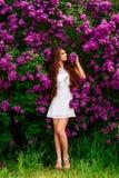 Muchacha delgada en la presentación blanca del vestido Imagenes de archivo