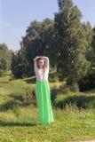 Muchacha delgada en un parque del verano Fotografía de archivo