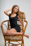 Muchacha delgada en una silla Imagenes de archivo