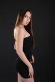 Muchacha delgada hermosa en vestido elegante del cortocircuito del negro Imágenes de archivo libres de regalías
