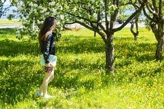 Muchacha delgada que disfruta de la fragancia del Apple-árbol fotografía de archivo libre de regalías