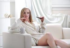 muchacha dentro con el e-cigarrillo Imagen de archivo