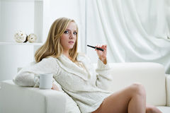 Muchacha dentro con el e-cigarrillo Foto de archivo