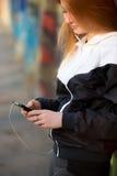 Muchacha deportiva con el smartphone, primer Fotografía de archivo libre de regalías
