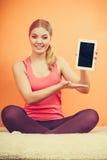 Muchacha deportiva con la tableta de la PC Copyspace de la pantalla en blanco Fotos de archivo libres de regalías
