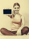 Muchacha deportiva con la tableta de la PC Copyspace de la pantalla en blanco Imágenes de archivo libres de regalías