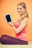 Muchacha deportiva con la tableta de la PC Copyspace de la pantalla en blanco Foto de archivo libre de regalías