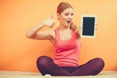 Muchacha deportiva con la tableta de la PC Copyspace de la pantalla en blanco Fotografía de archivo libre de regalías