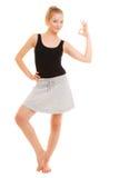 Muchacha deportiva de la aptitud que muestra gesto aceptable aceptable de la muestra de la mano Foto de archivo