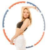 Muchacha deportiva del ajuste que hace ejercicio con el aro del hula Fotografía de archivo