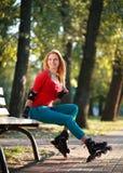 Muchacha deportiva del rodillo en el parque, aptitud al aire libre de la mujer Fotos de archivo libres de regalías