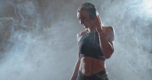 Muchacha deportiva en auricular almacen de metraje de vídeo