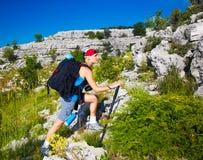 Adolescente deportivo en montañas Imagen de archivo libre de regalías