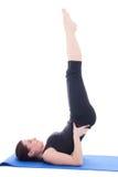 Muchacha deportiva hermosa joven que hace las piernas encima del ejercicio aisladas en w Fotos de archivo libres de regalías