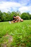 Muchacha deportiva joven hermosa en un parque Fotografía de archivo libre de regalías