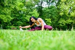 Muchacha deportiva joven hermosa en un parque Fotos de archivo
