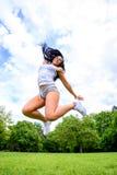 Muchacha deportiva joven hermosa en un parque Imágenes de archivo libres de regalías