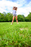 Muchacha deportiva joven hermosa en un parque Fotografía de archivo