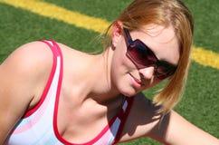 Muchacha deportiva linda en pista Imagenes de archivo