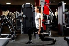Muchacha deportiva que se lanza con pesas de gimnasia pesadas fotos de archivo libres de regalías