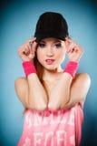 Muchacha deportiva que sonríe en gorra de béisbol negra Foto de archivo libre de regalías