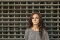 Muchacha deprimida delante de la malla metálica Preso del adolescente Foto de archivo