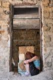 Muchacha deprimida dentro de la casa Foto de archivo